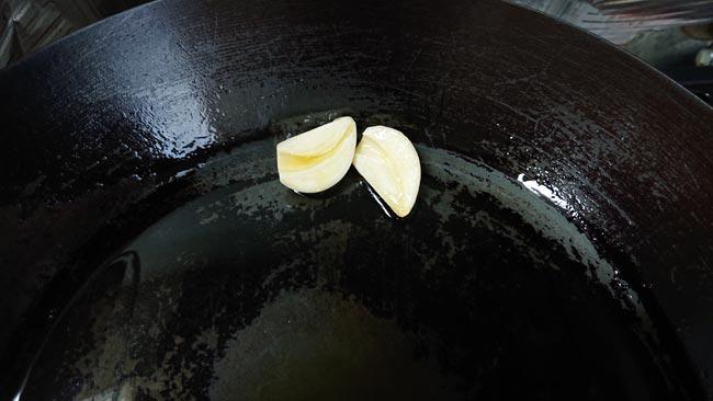 オリーブオイルにニンニクの香りを移す