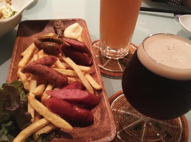 黒ビールとウインナー、フライドポテト