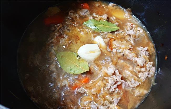 ローリエ・にんにく・ハチミツをカレーの鍋に加える