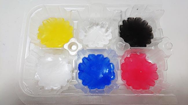 色水を凍らせて作った氷