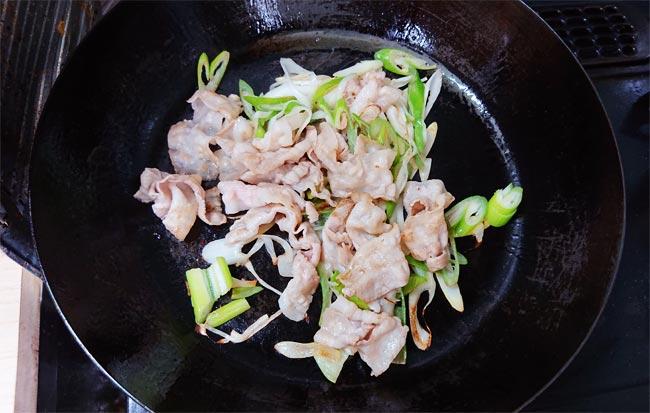 豚バラと長ネギを炒め終わった