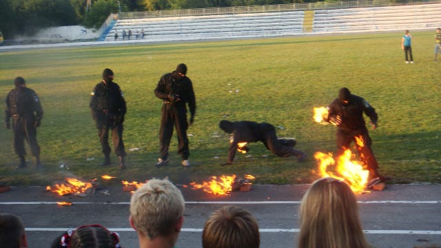 忍者みたいな軍人が燃えている訓練