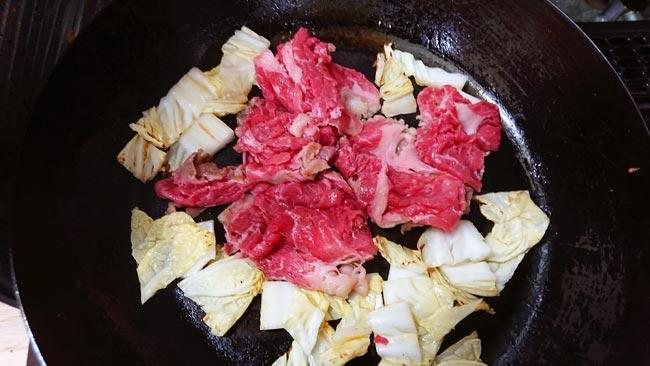 フライパンに牛肉を追加