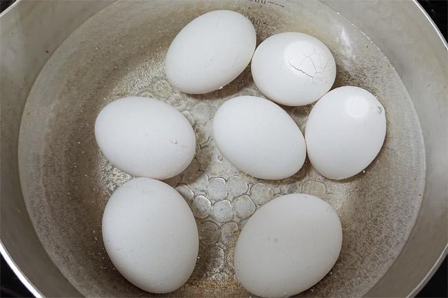 生卵を水を張ったお鍋に入れる