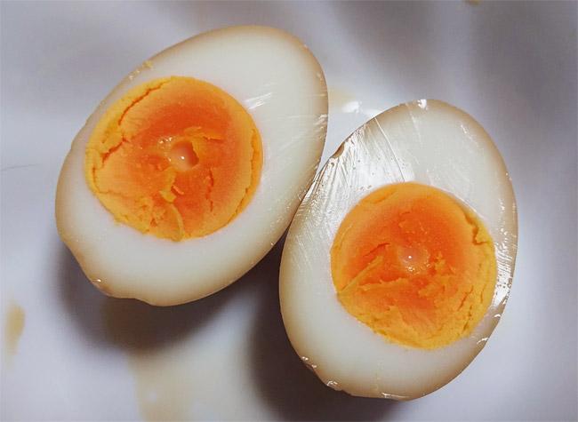 半熟煮卵を切ってみたところ