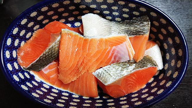 生鮭の切り身 染みだした水分と残った塩分を、キッチンペーパーで良く拭き取ります