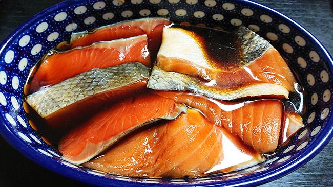 生鮭を 醬油・酒・みりんに漬け込む