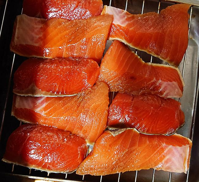 漬けた鮭をグリルに並べる