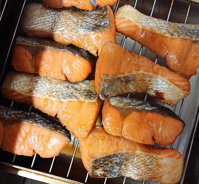 鮭の切り身をグリルで焼く