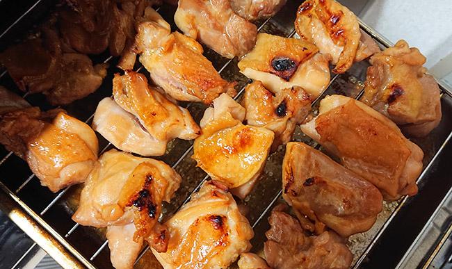 鶏もも肉をグリルで焼く