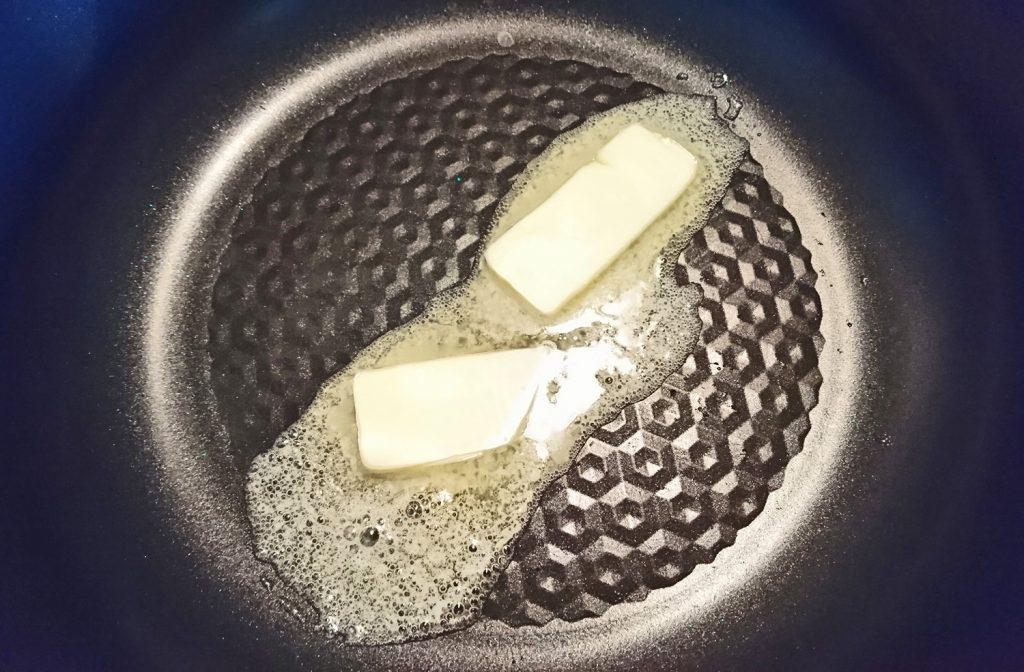 フライパンにバター