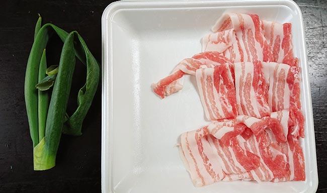 昨日の余りの豚バラ肉スライスとネギの青いとこ