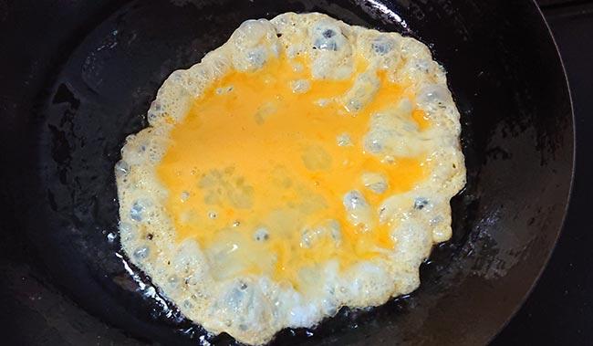 ラードをよく熱したフライパンに卵をイン!