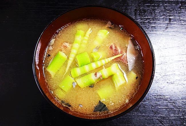 根曲がり竹と鯖缶のお味噌汁 完成!