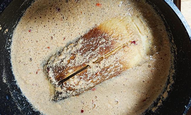 お鍋にタケノコと米ぬかと唐辛子を入れて沸騰させる