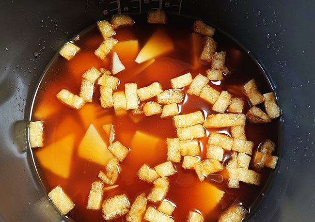 タケノコご飯の具を入れる