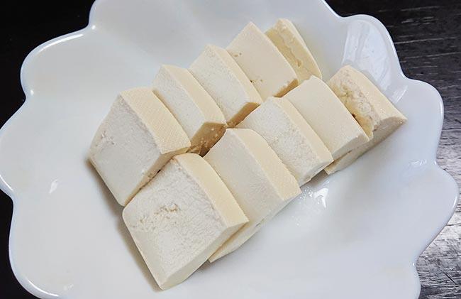 木綿豆腐を切り揃えてお皿に盛り付ける