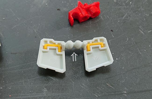 hgガンダム リバイブ 腰部フロントアーマー 瞬間接着剤でコートし乾燥したら削り出し