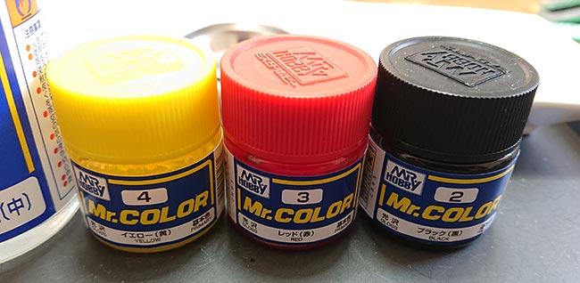 やや黄色寄りの赤を作って黒で明度を下げる