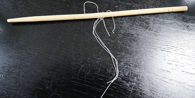 糸を竹ひごに巻き付ける