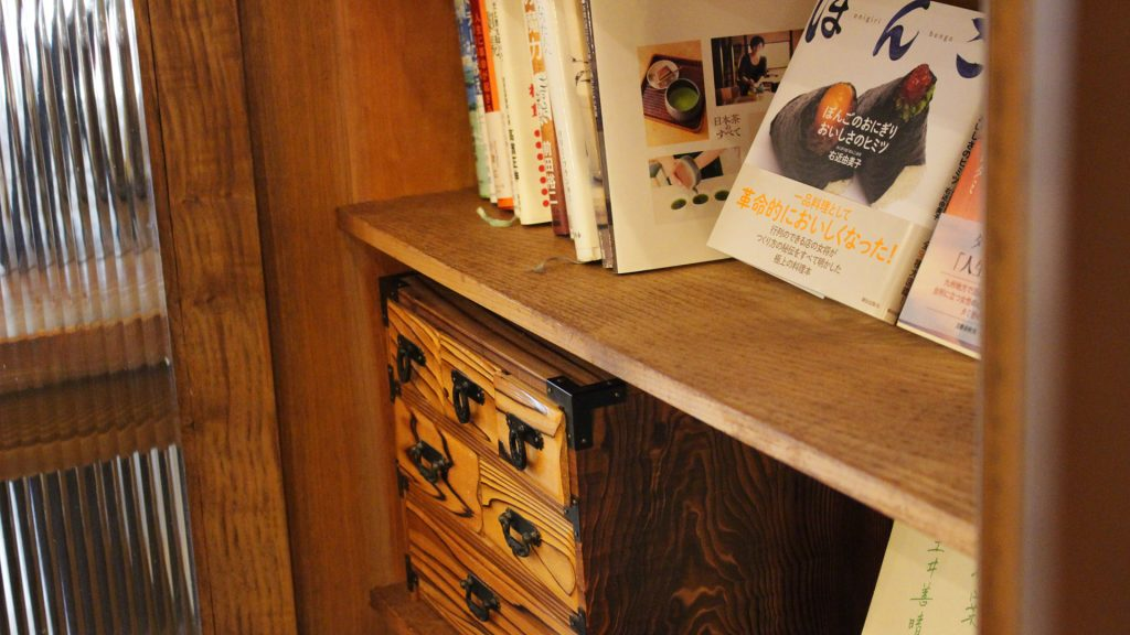 ユウナギ店内様子-素敵な本棚