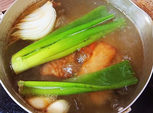 豚バラブロックをクズ野菜と一緒に煮込む