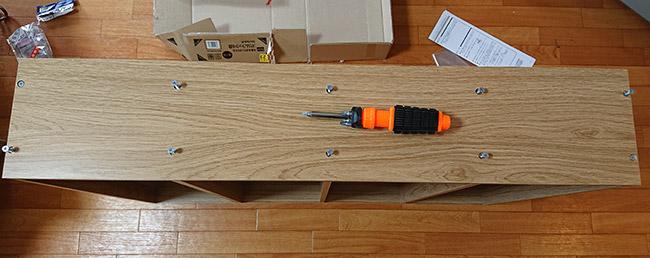 デイツーで買ったスリムラック4段 側板のねじを締める