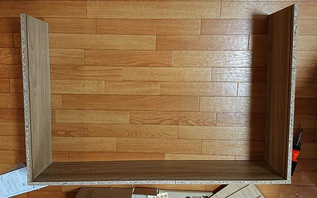 デイツーで買ったスリムラック4段 側板に天地板を取りつけて
