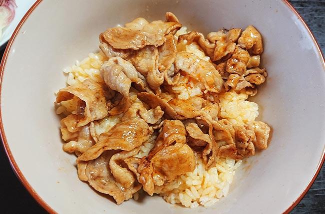 フライパンから直で米にオン