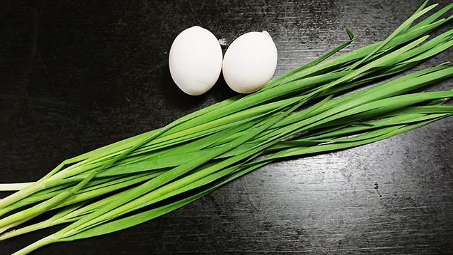 ニラ玉の材料 ニラと卵
