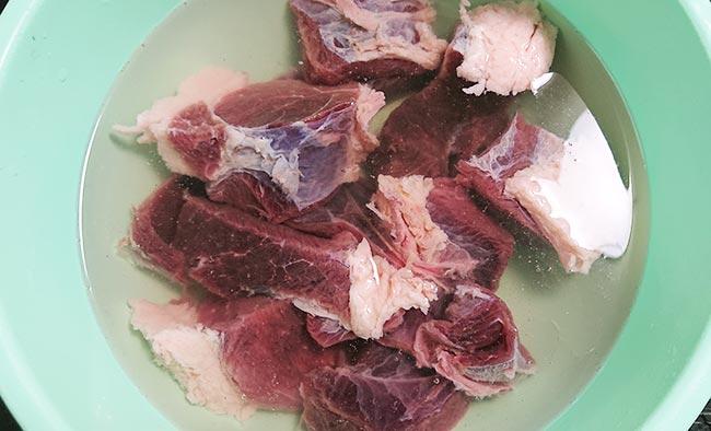 イノシシ肉を塩水で洗う