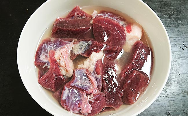イノシシ肉をお酒に漬ける