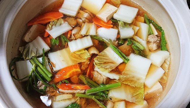 野菜の固い部分から鍋に入れる