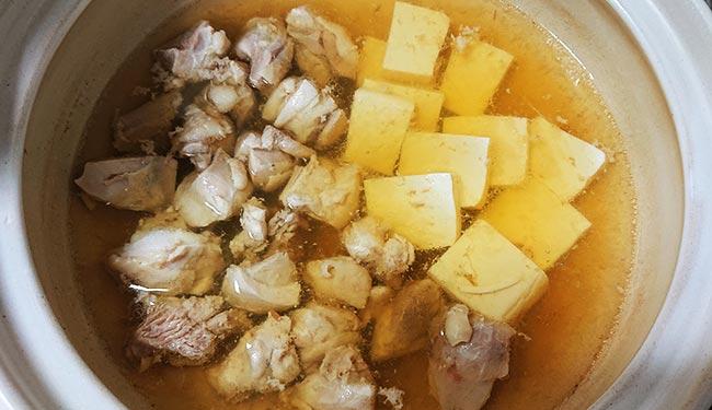 豆腐も先に鍋に入れる