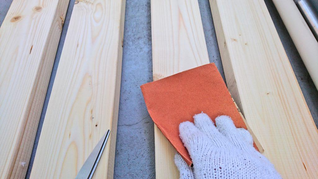 サンドペーパーで木材をなめらかに