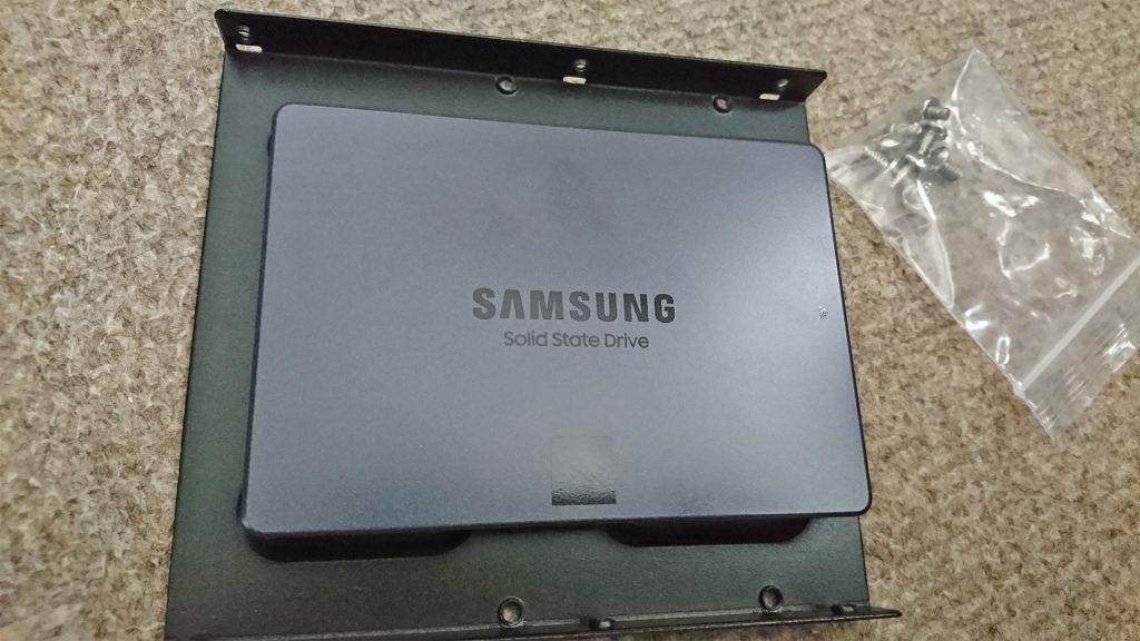 SSDを3.5インチサイズ変換ブラケットに付ける