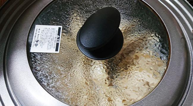 フライパンに熱湯を注いで蓋をする