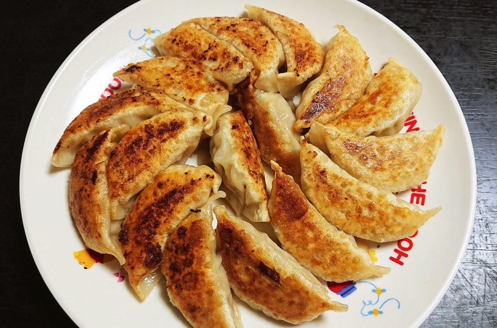 鉄のフライパンで焼いた餃子 出来上がり 完成