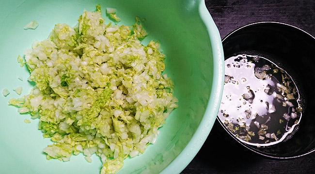 塩をしておいた白菜を絞る