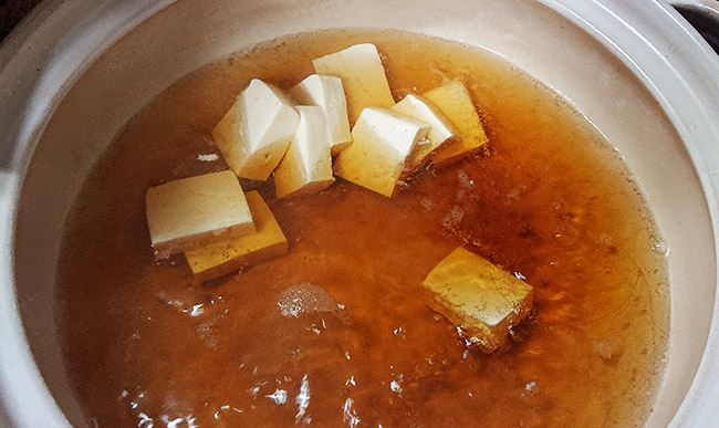 お鍋に豆腐を入れて煮立たせる