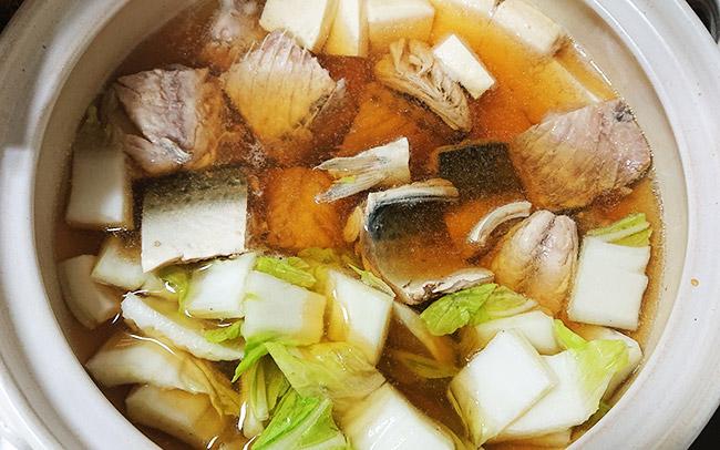 お鍋に白菜の芯を入れて煮立たせる