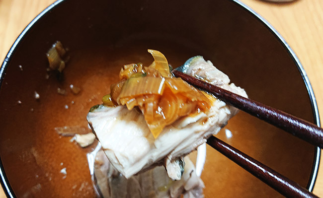 鯖をネギだれで食べる
