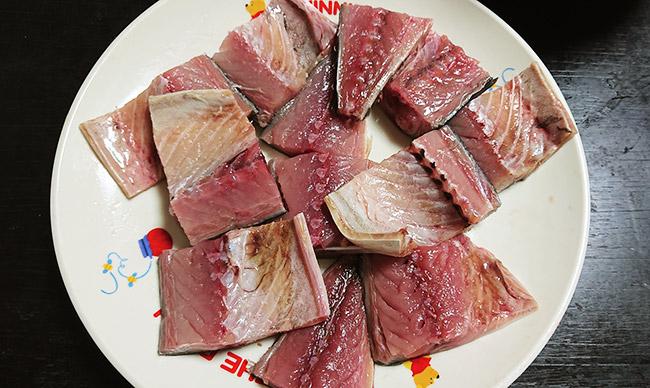 鯖の切り身にうっすら塩をふる