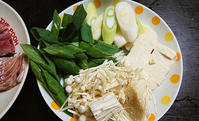鍋の材料 野菜と豆腐を切っておく