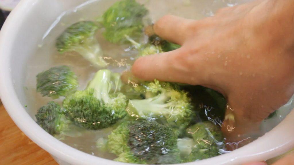 ブロッコリーをらボールに張った水で洗う