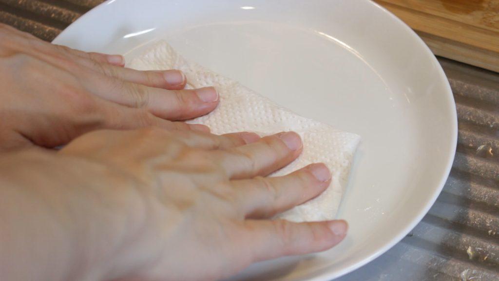 キッチンペーパーを軽く押して油を吸い取り粗熱をとる
