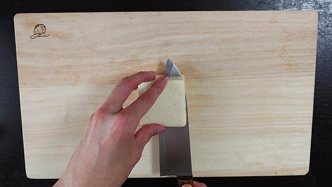 材料を切る(豆腐を切っている場面)